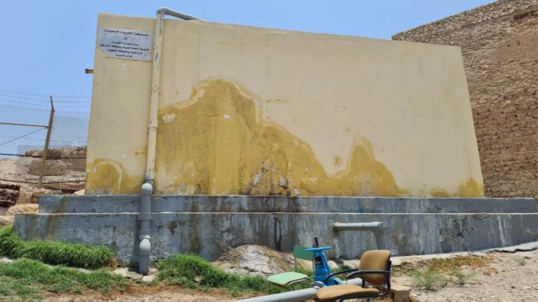 """مواطنون: تصدعات """"خزان تاروت"""" تهدد أهالي الديرة"""